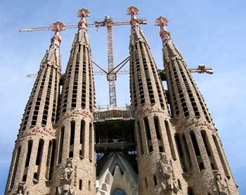de Sagrada Familia met hijskranen